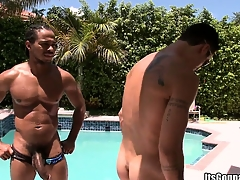 White pool boy gets taken aback overwrought a massive piece be proper of louring meat
